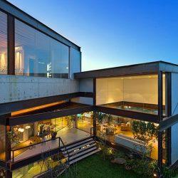 Casa alto padrão com estrutura metálica e vidro