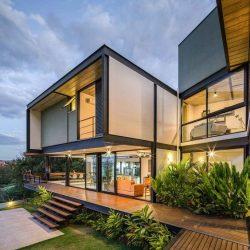 Casa alto padrão em estrutura metálica com vidros iluminada
