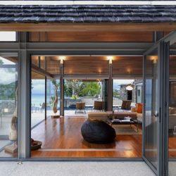 Casa com acabamento em madeira e estrutura metálica
