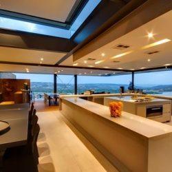 Casa com estrutura metálica com iluminção e vista para mar