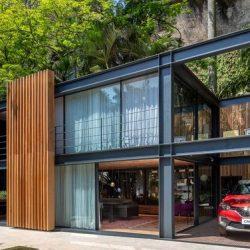 Casa compacta em metálica e vidro