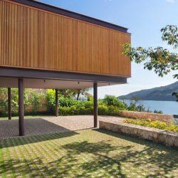 Casa de alto padrão com estrutura metálica e madeira perto praia