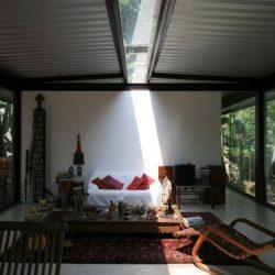 Cobertura metálica com passagem de luz central