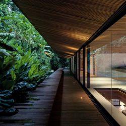 Corredor com paisagismo verde casa estrutura metálica