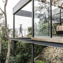 Estrutura metálico com vidro perto de floresta