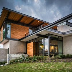Residência de alto padrão com acabamento madeita e estrutura metálica